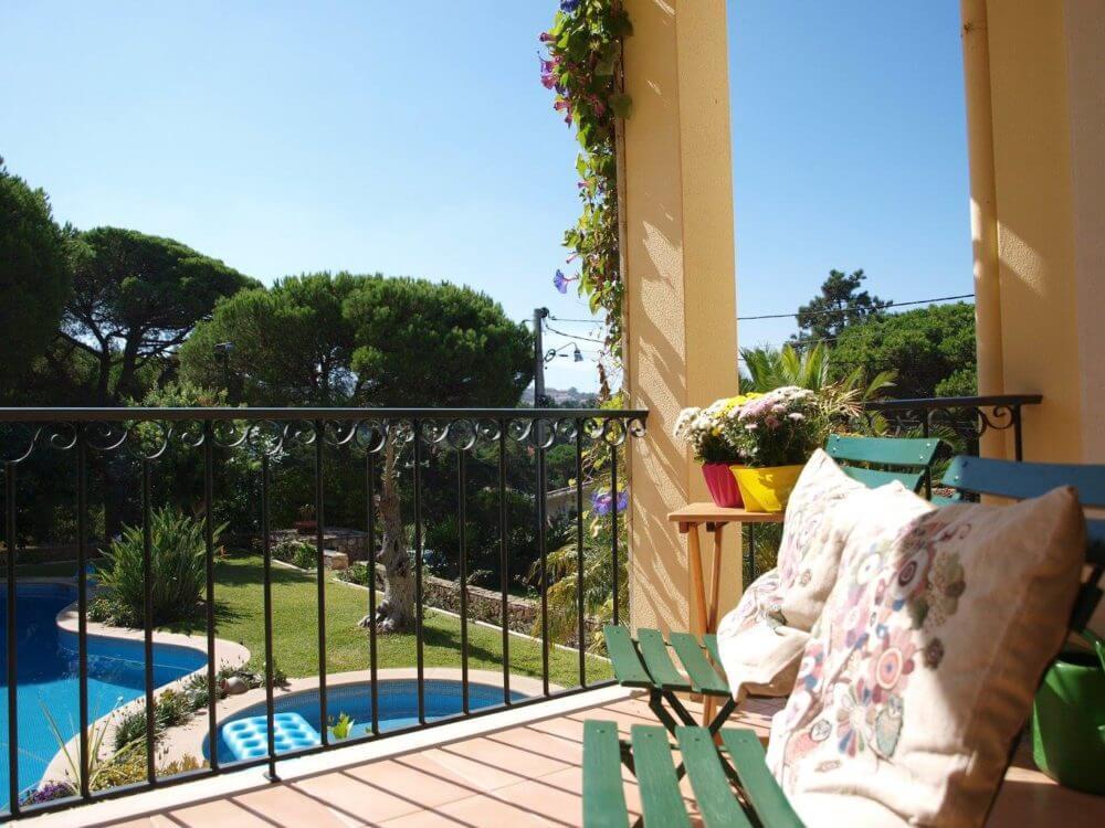 Na casa de férias Vila de Sol todos os quartos e suites possuem uma varanda de grande dimensão com vista para a piscina