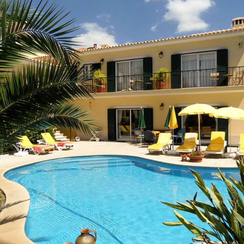 O jardim da Vila do Sol tem uma piscina com 12m de comprimento