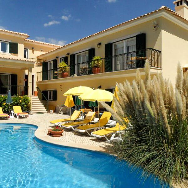 Passe umas férias memoráveis com a família e amigos no nosso jardim junto à piscina