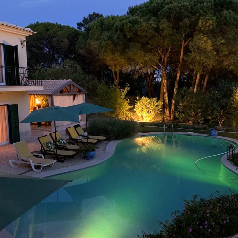 Os quartos da Vila de Sol têm varanda com vista para o jardim e piscina