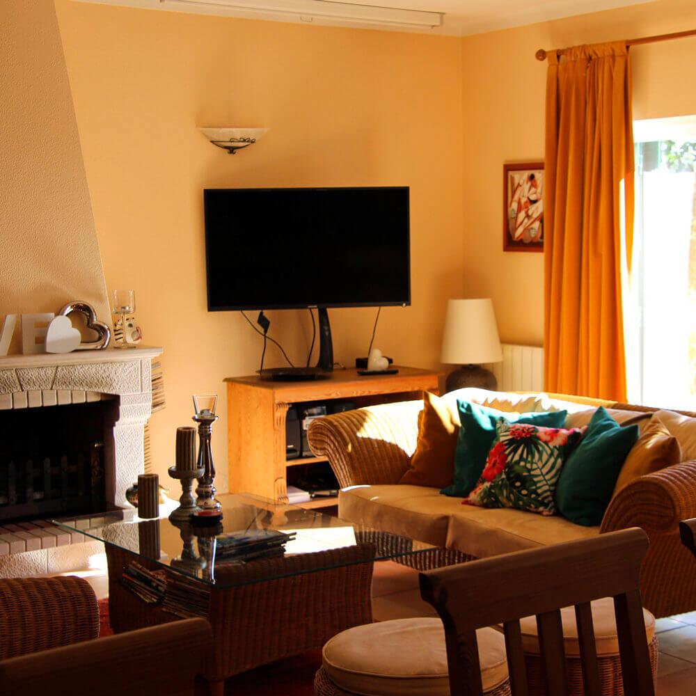 Sala de estar da casa de férias familiar em Sesimbra com decoração veranil para aproveitar ao máximo o descanso das férias