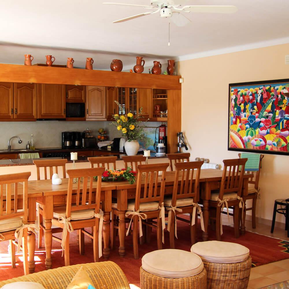 Cozinha bem equipada com sala comum para preparar refeições durante as férias