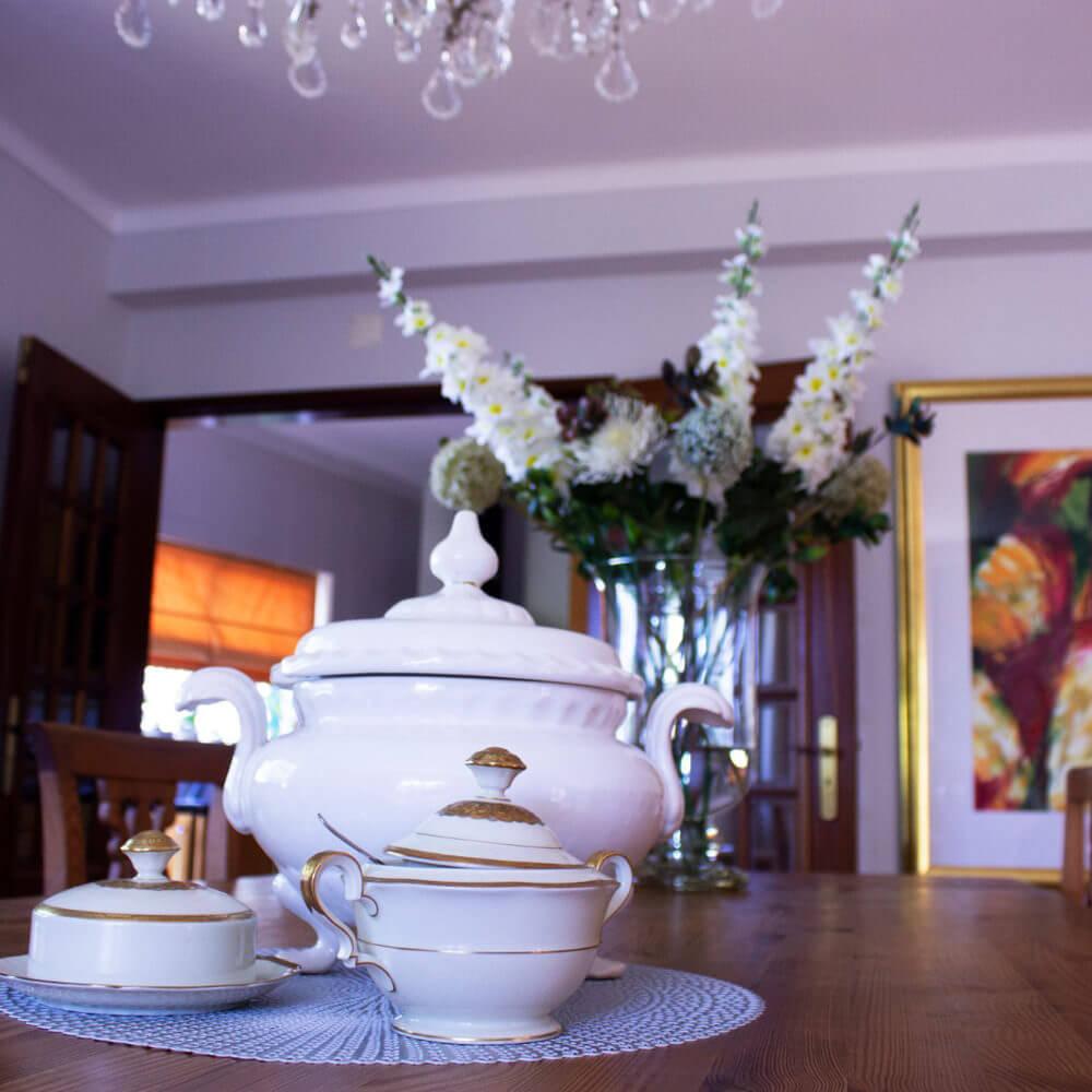 Decoração selecionada para um ambiente sofisticado, confortável e tranquilo dentro da casa de férias familiar em Sesimbra