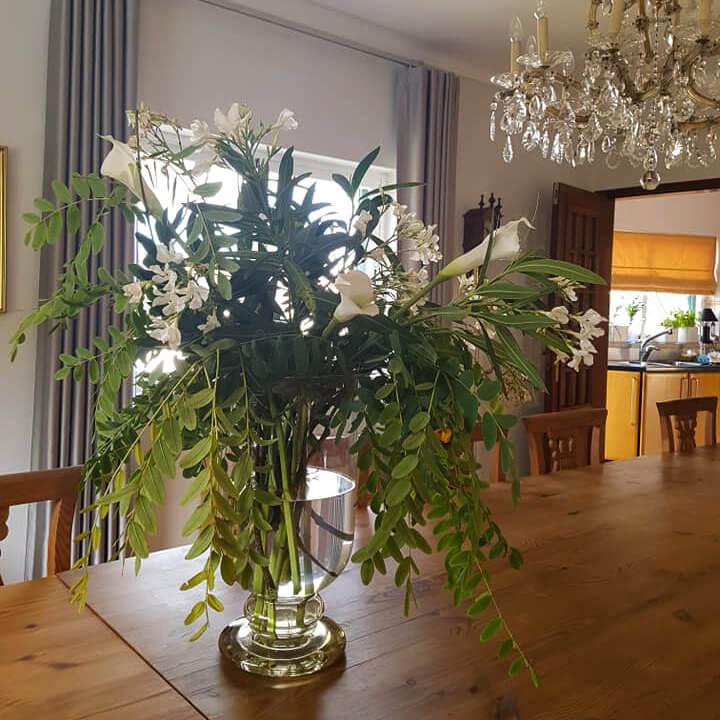 Na Vila de Sol os arranjos floridos também invadem os espaços interiores!