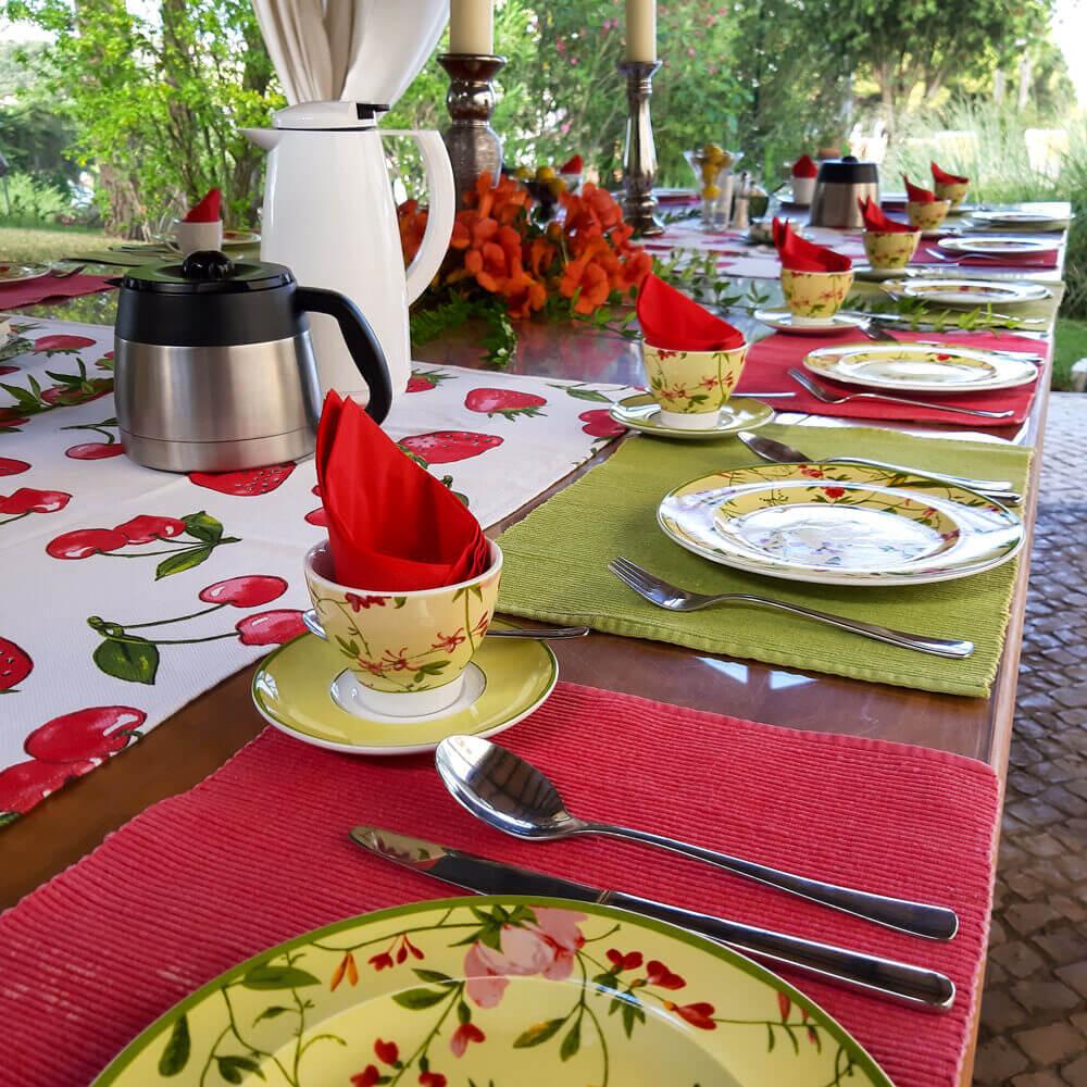 As refeições podem ser feitas no exterior no meio do jardim florido
