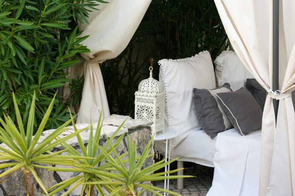 Quarto outdoor para relaxar e serviços de massagens