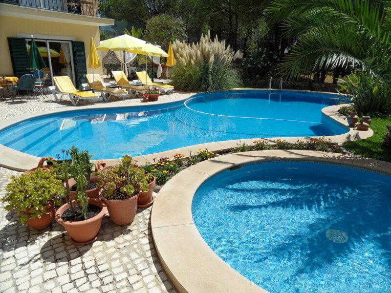 As duas piscinas na casa de férias Vila de Sol em Sesimbra