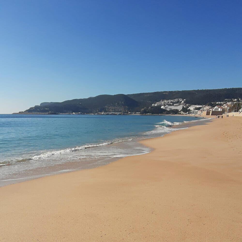 Areal da Praia da Califórnia em Sesimbra, Portugal