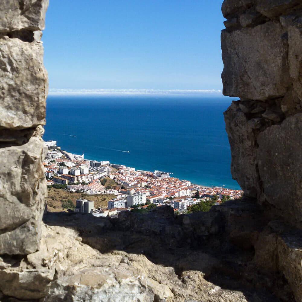 A baía de Sesimbra vista do Castelo: mirante sobre o mar