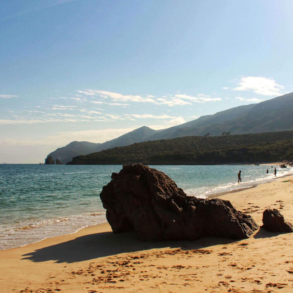 Águas cristalinas da Praia de Galapinhos entre montanhas